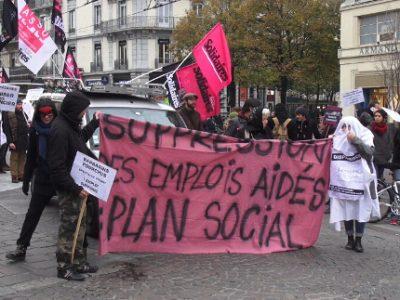 Entre cent et deux cents manifestants ont défilé dans les rues de Grenoble ce vendredi 10 novembre pour protester contre la diminution des contrats aidés.© Joël Kermabon - Place Gre'net