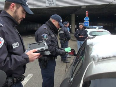 Policiers équipés de tablettes procédant à un contrôle routier. © Joël Kermabon - Place Gre'net