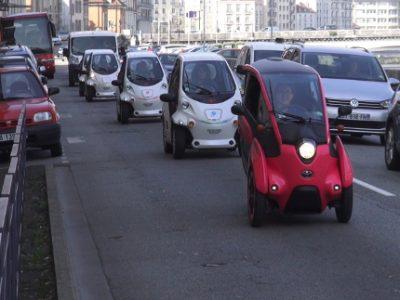 L'Office de tourisme de Grenoble-Alpes Métropole propose des visites guidées de Grenoble à bord de voitures électriques ou en utilisant des gyropodes SegwayLe convoi des six voitures électriques Coms de Toyota sur les quais de l'Isère. © Joël Kermabon - Place Gre'net