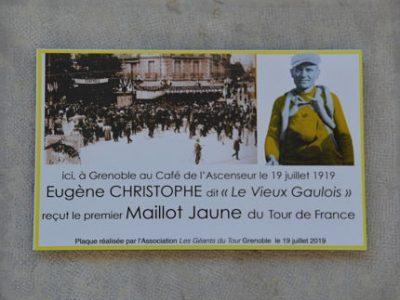 Plaque en hommage à Eugène Christophe, premier porteur de l'histoire du maillot jaune, dévoilée à Grenoble le 19 juillet 2019. © Laurent Genin