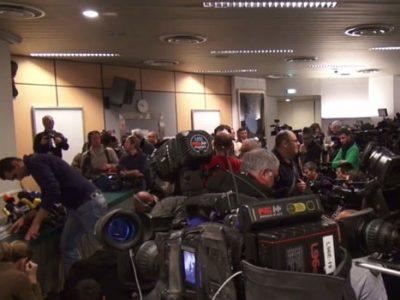 Conférence de presse au CHU de Grenoble avec de nombreux journalistes venus pour Michael Schumacher
