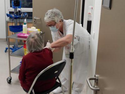 Premiers vaccins contre la Covid en Isère au centre de gérontologie du CHU Grenoble-Alpes