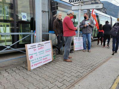 Des militants de la section du PCF de Fontaine annoncent les ventes de fruit et légume à bas prix devant l'arrêt de tram de La Poya. © Joël Kermabon - Place Gre'nets