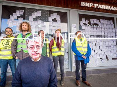 Militants d'Alternatiba Grenoble devant la BNP Paribas - Affichettes