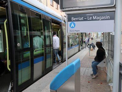 La suspension de la vente de tickets à bord des bus et tram à Grenoble pour juguler l'épidémie de coronavirus est une msure insuffisante pour la CGT.