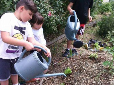 Atelier jardinage au jardin éco-pédagogique de la commune de Vif © Cultivons nos toits