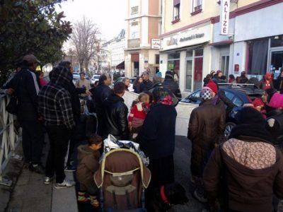 familles roms devant l'hotel Alizé une