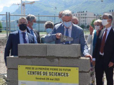 pose-premiere-pierre-centre-de-sciences