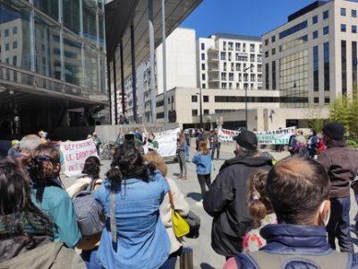 Les anti-Neyrpic ont donné de la voix devant le palais de justice de Grenoble jeudi 8 avril