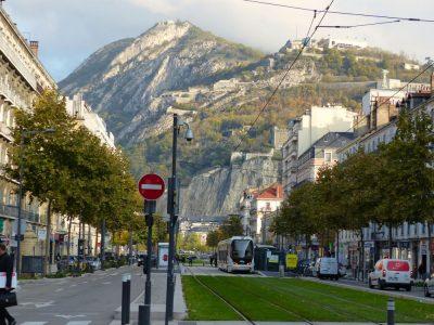 Vue de la bastille depuis le cours Jean Jaurès avec le tram E passant au milieu. ©Hira Andrianasolo et Malo Dumay Joubert - Placegrenet.fr